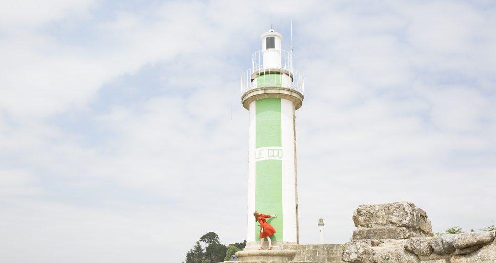 Jeune femme devant le phare du Coq à Bénodet