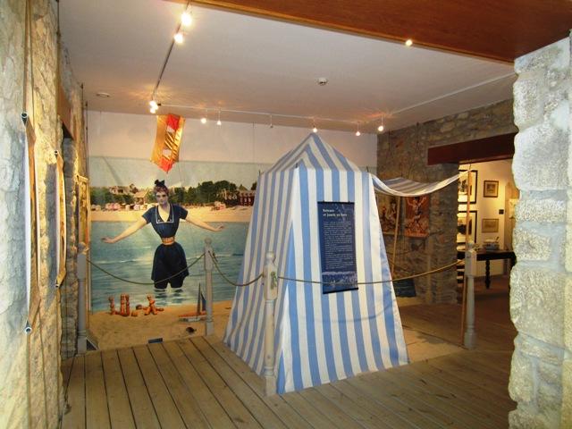 Ancienne cabine de plage bleue et blanche à l'intérieure du musée