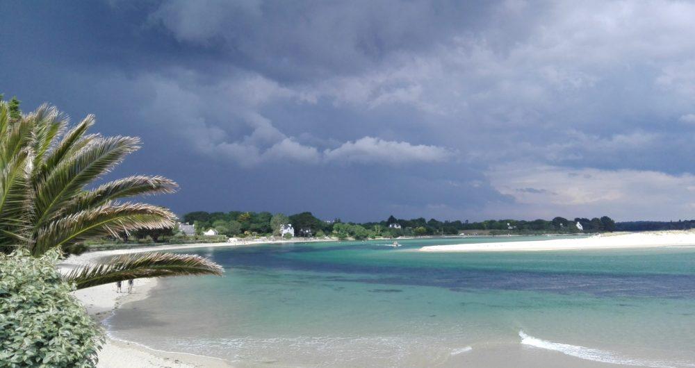 Ciel gris sur une mer couleur verte à Bénodet
