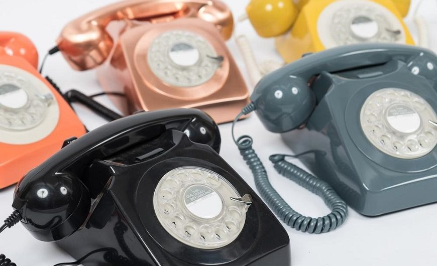 Téléphones rétro de plusieurs couleurs