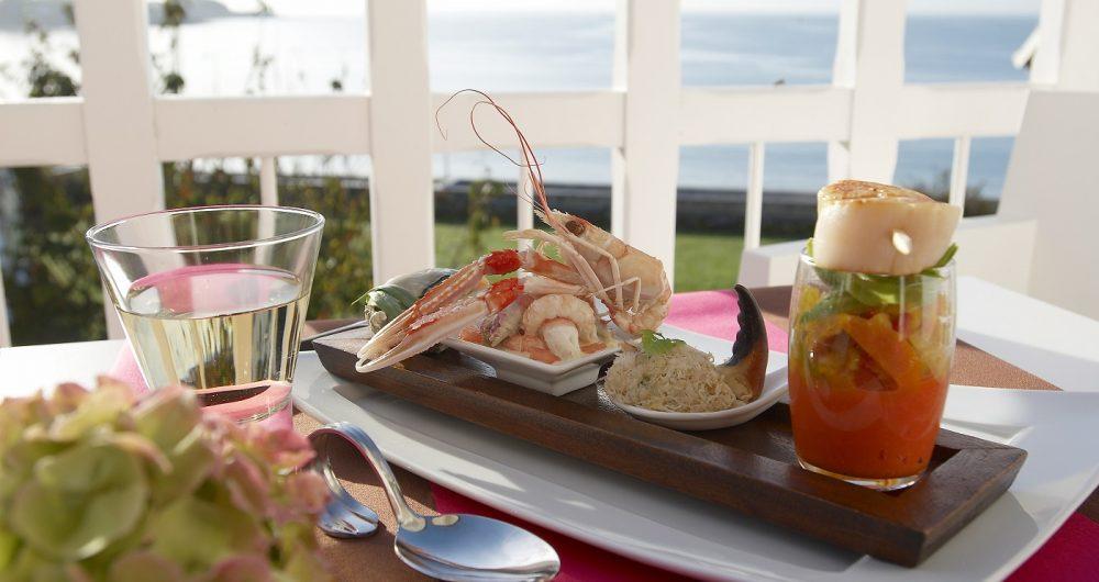 Plat avec diverses entrées, langoustine, rillette de crabe, noix de St Jacques