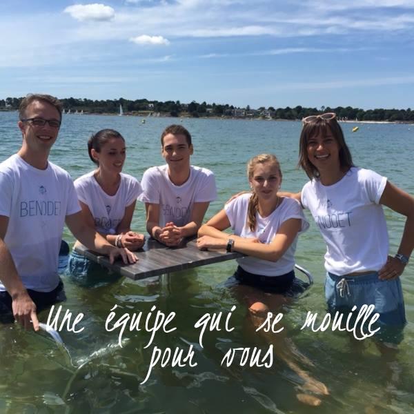 L'équipe de l'Office de Tourisme pose dans la mer