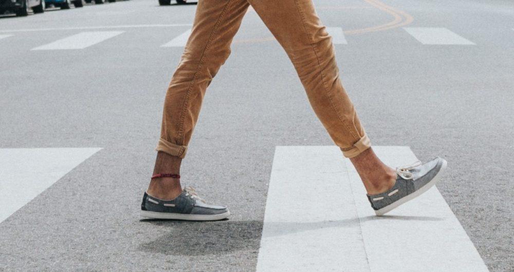 Piétons traversant une rue à Bénodet