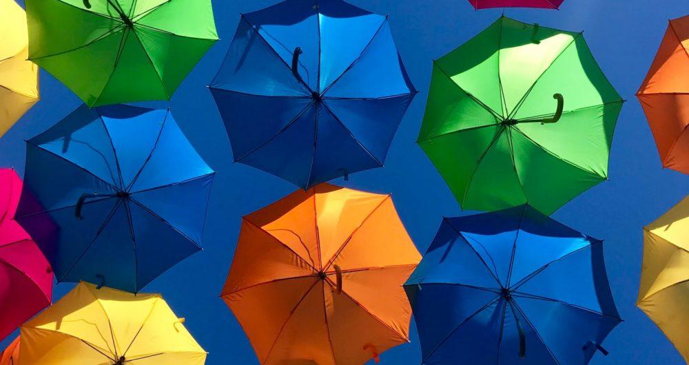 parapluies colorés sur fond bleu