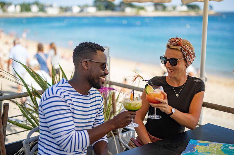 Couple buvant un cockatail en tarrasse face à la mer à Bénodet