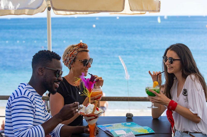 Groupe d'amis en terrasse face à la plage de Bénodet