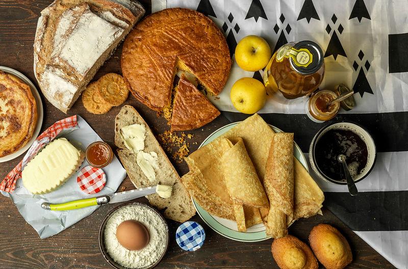 Table avec un goûter breton, des crêpes, du pain beurre, du gateau breton