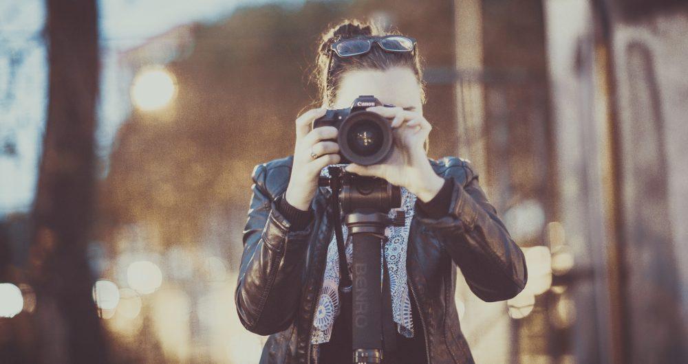 Fille prenant une photo derrière son objectif