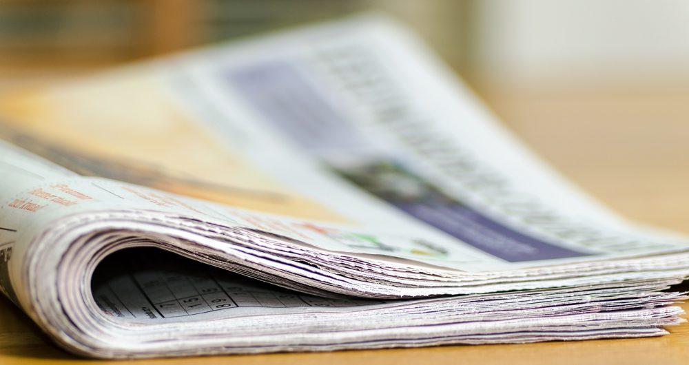 Journaux posés sur une table