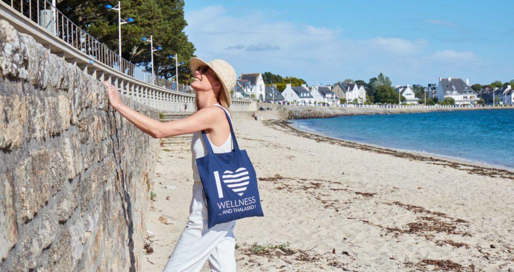 Femme à la plage de Bénodet avec son sac Thalasso