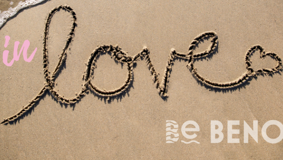 Le mot Love écrit sur le sable à Bénodet