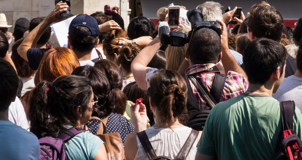 Groupe de touristes qui prend des photos